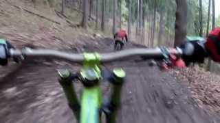 【海外の反応】走行中に襲ってきたクマをかわすマウンテンバイク・ライダー