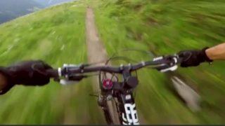 【海外の反応】マウンテンバイクの前を疾走するマーモット