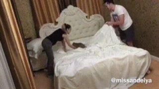 【海外の反応】ベッドメイキングを手伝う猫