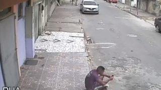 【海外の反応】「監視カメラが捉えた爆笑!?動物虐待未遂事件」