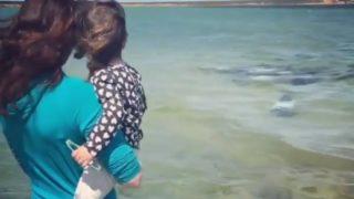 【海外の反応】ビーチを散歩中の親子に接近するパンダイルカの群れ