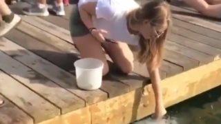 【海外の反応】巨大魚に手からエサをあげようとした女性が払った痛すぎる代償…