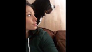 【海外の反応】キレイな飼い主さんにキスされて喜びを爆発させるワンコ