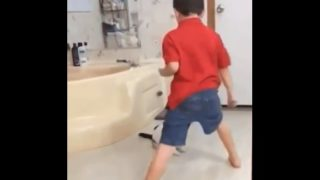 【海外の反応】空手の型を練習していた少年に貴重な教えを授けるカラテ・キャット