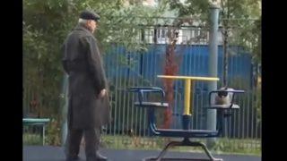 公園で猫を遊ばせるダンディな老人を見かけた