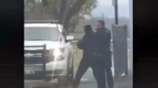 男にブン殴られた警官、直ちに「怖いもの知らずの相棒」に緊急出動を要請する